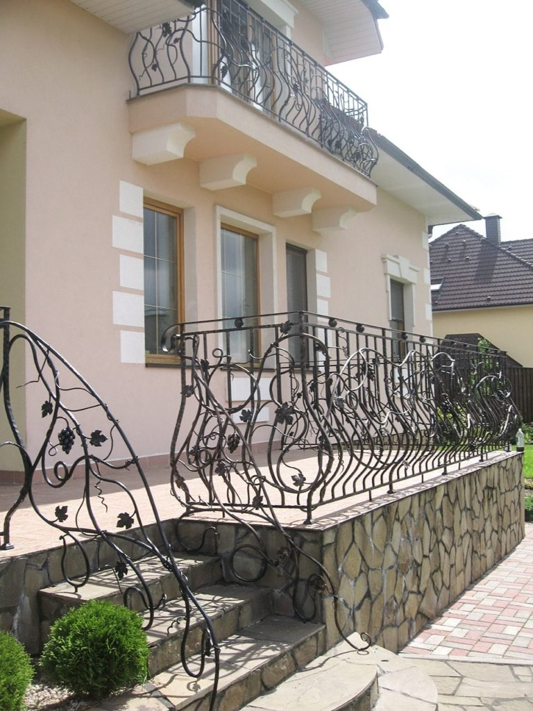 Купить железные кованые балконы по низким ценам в москве.