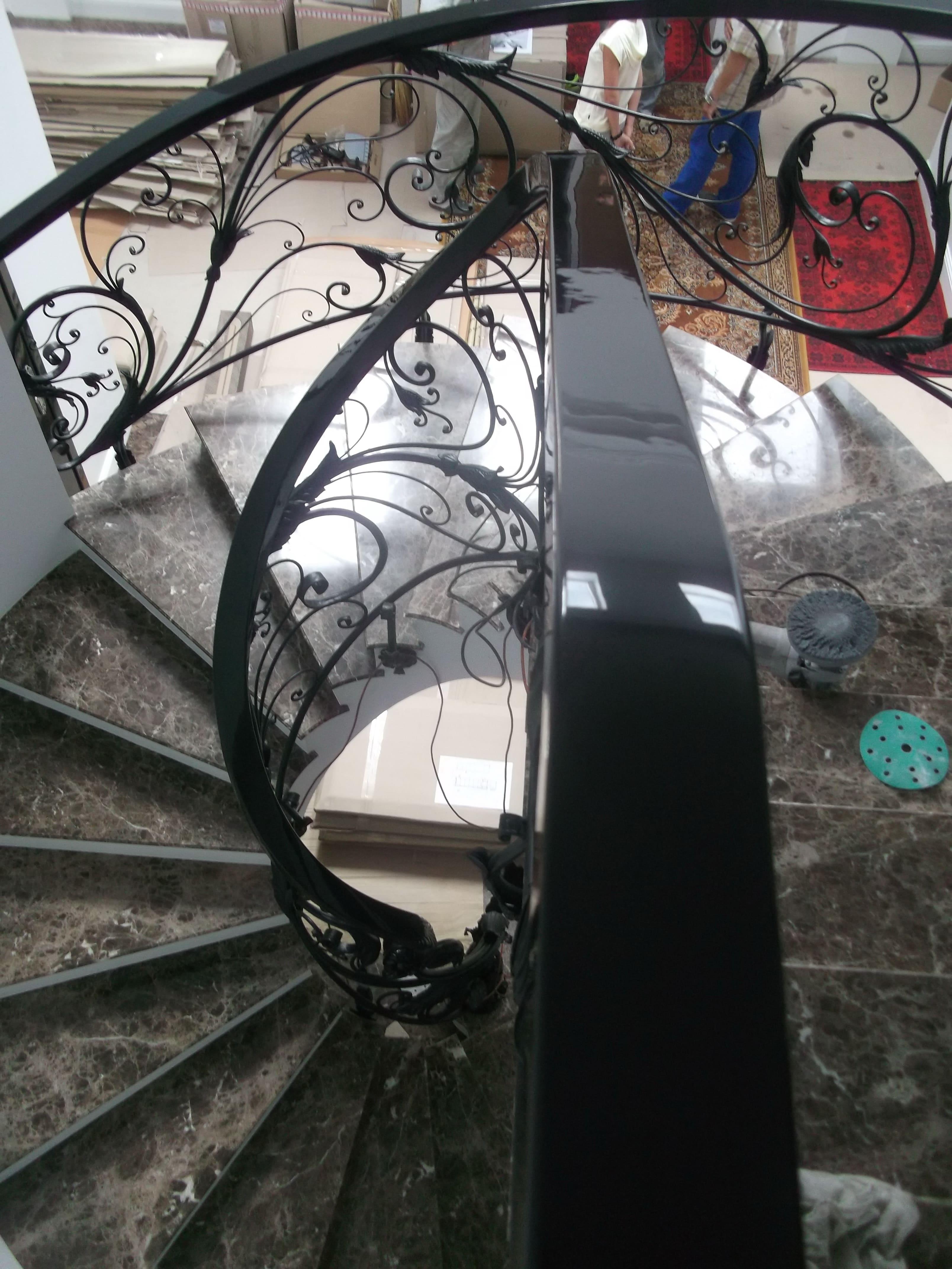 Лестница винтовая с коваными перилами