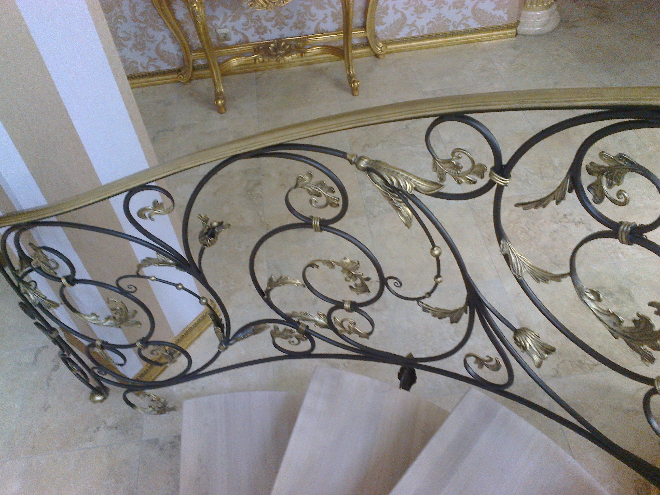 Кованые перила (золото) для винтовой лестницы 2