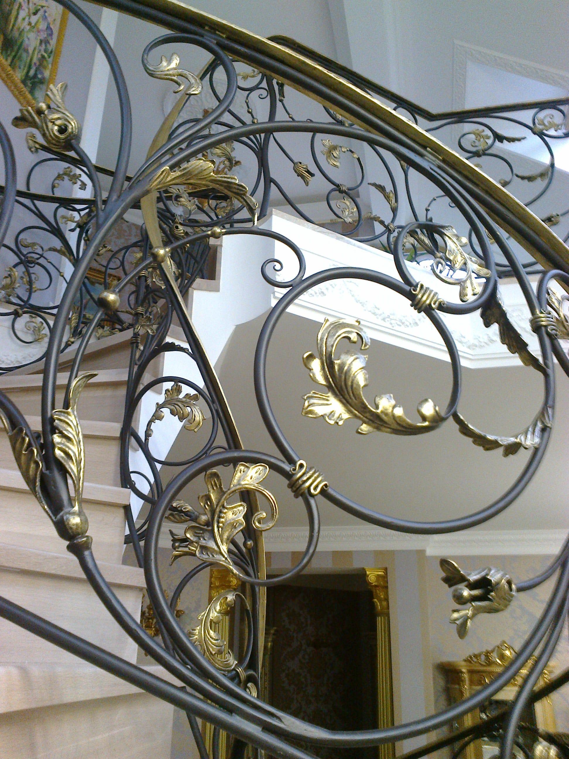 Кованые перила (золото) для винтовой лестницы 1