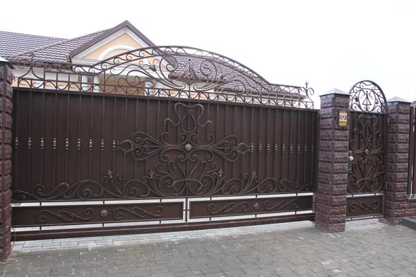 Кованые ворота с калиткой для дачи