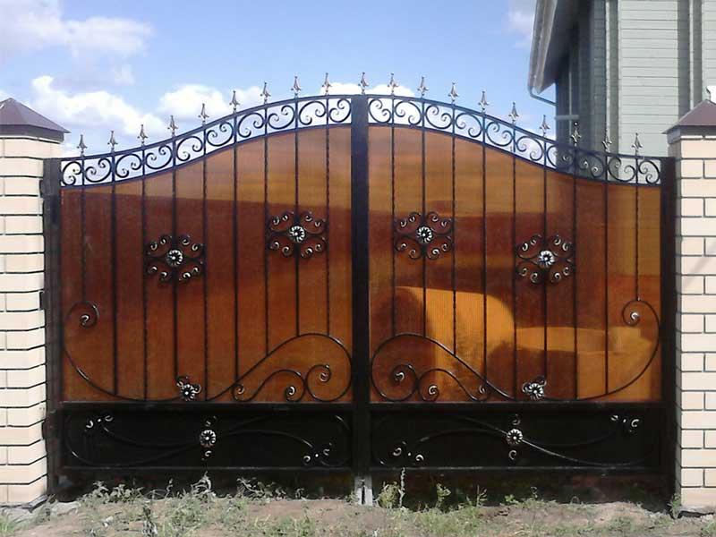 Кованые ворота с поликарбонатом