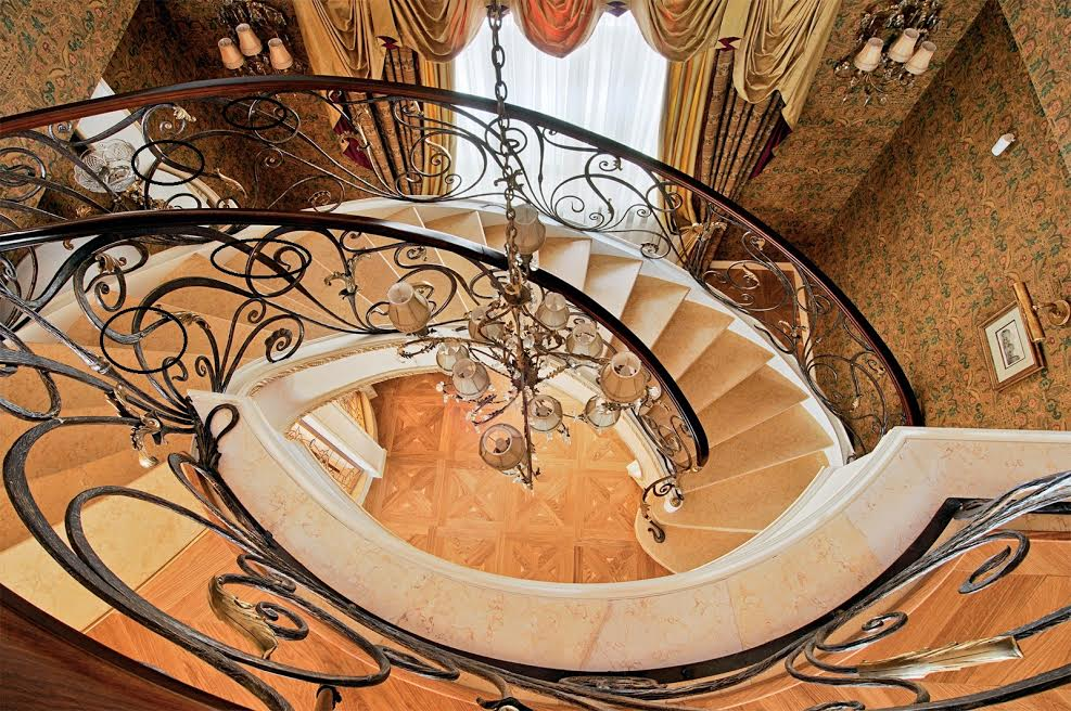 Кованые перила на винтовую лестницу